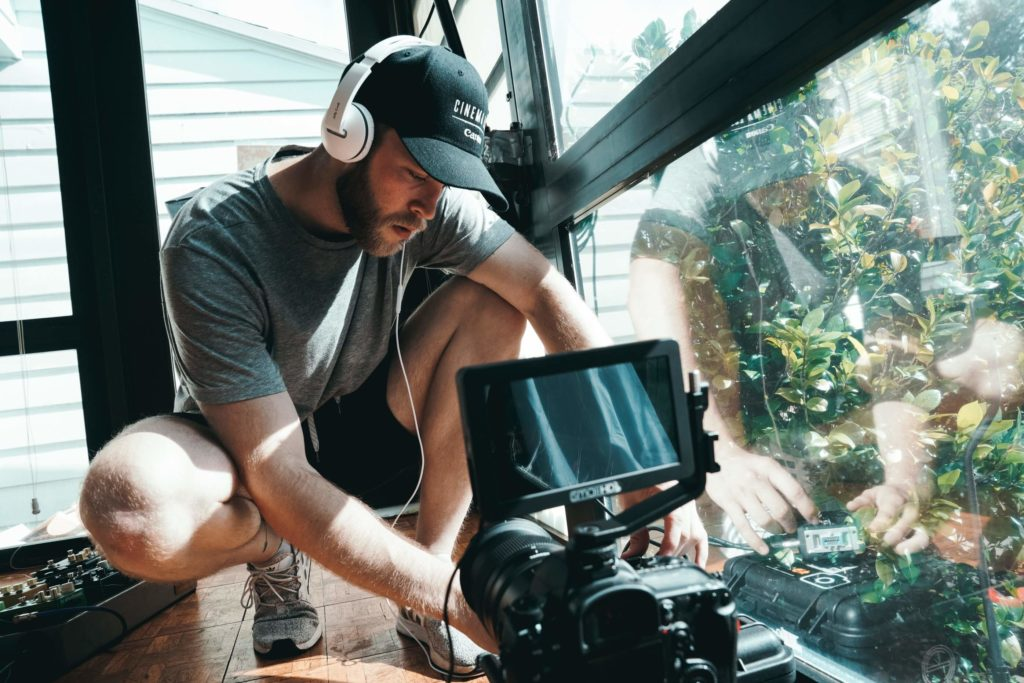 動画制作の相場:個人に依頼するメリット、デメリット