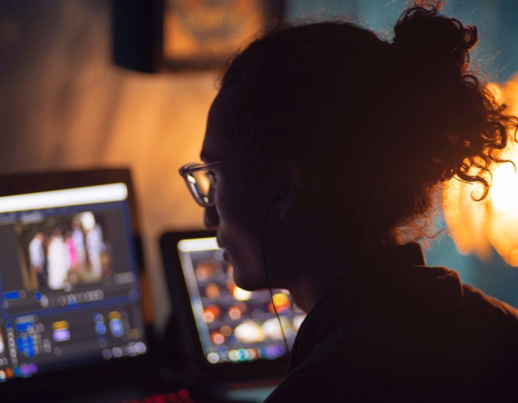 動画編集者フリーランスのなり方、平均年収
