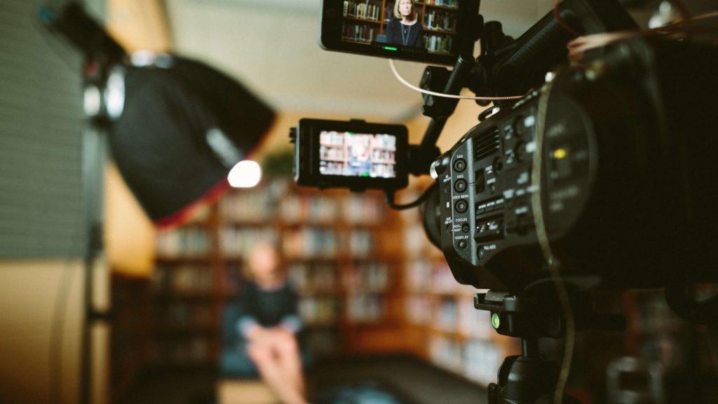 動画制作の相場:個人と企業で比較
